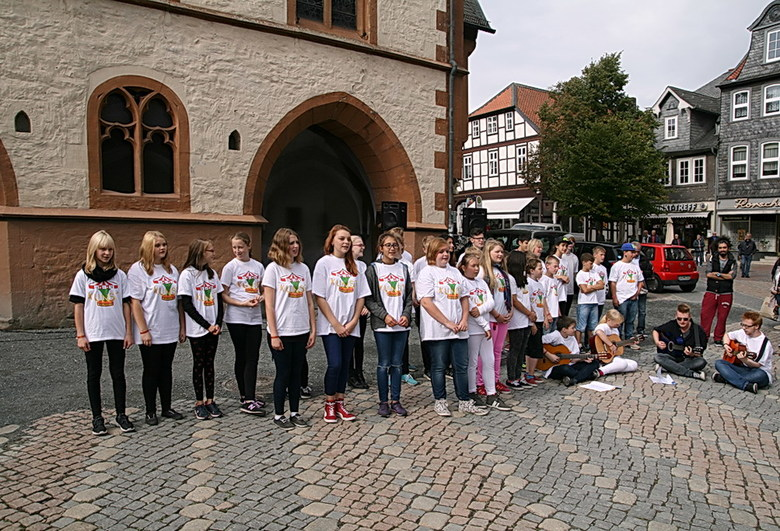 Voor het goede doel. - Kinderen die zingen voor de hongerende kinderen in de wereld op het marktplein van Goslar Duitsland.<br /> Ook effies groot ki