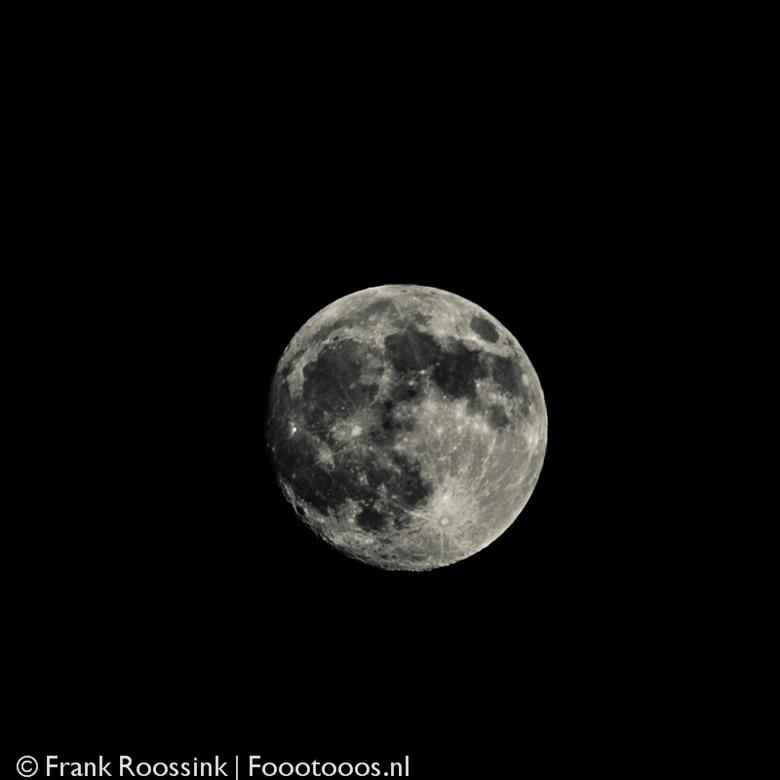 99% volle maan - Blijft een mooi gezicht de maan!<br /> <br /> 800x800 crop van een opname met 5D mkIII op 200mm.<br />