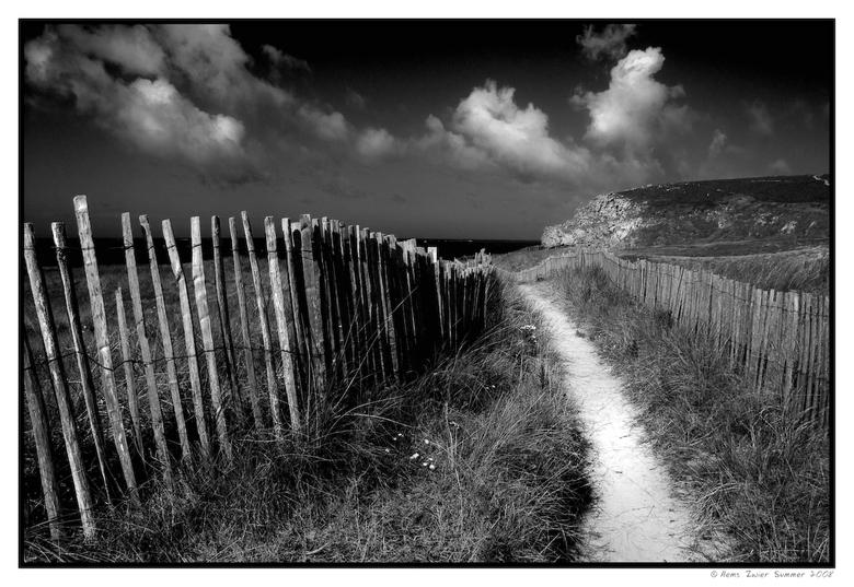 When light hits.... - Aan het strand in Bretagne, somber weer, jagende wolken en dan ineens het felle licht van de doorbrekende zon. When light hits..