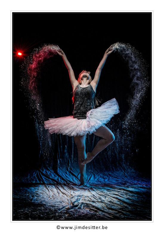 Dusty Dancing - Een danseres, een paar flitsers en een pak bloem. Meer heb je niet nodig voor een leuke fotoshoot <br /> De rest van de reeks is te v