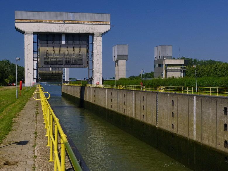 Amsterdam Rijnkanaal en omgeving 429. - De Prinses Irenesluizen liggen in het Amsterdam-Rijnkanaal ter hoogte van Wijk bij Duurstede.<br /> De sluize