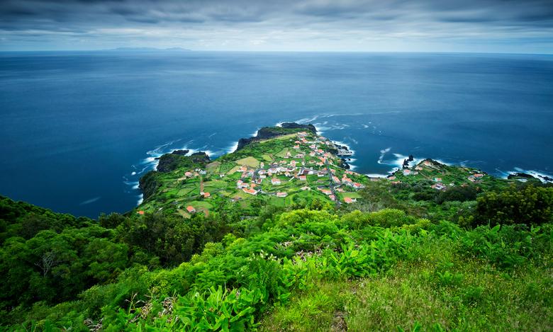 Sao Jorge, Azoren - Een prachtig dorp aan de voet van de oceaan op het eiland Sao Jorge, een van de eilanden van de Azoren. Schitterende locatie!