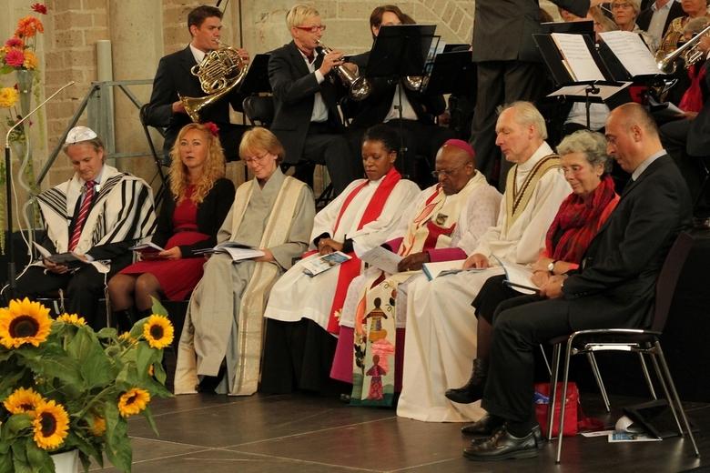Bisschop Desmond Tutu - Vandaag was Desmond Tutu in Deventer op uitnodiging van verschillende geloofsstromingen gezamenlijk zoals het Islamitische, Jo