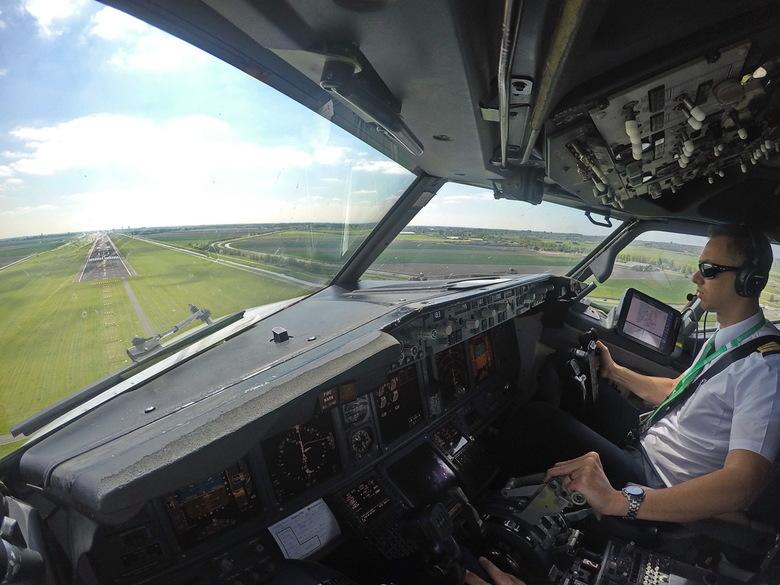 Polderbaan - Mijn collega staat op het punt onze Boeing neer te zetten op de Polderbaan op Schiphol.<br /> <br /> De foto is genomen met een Gopro i