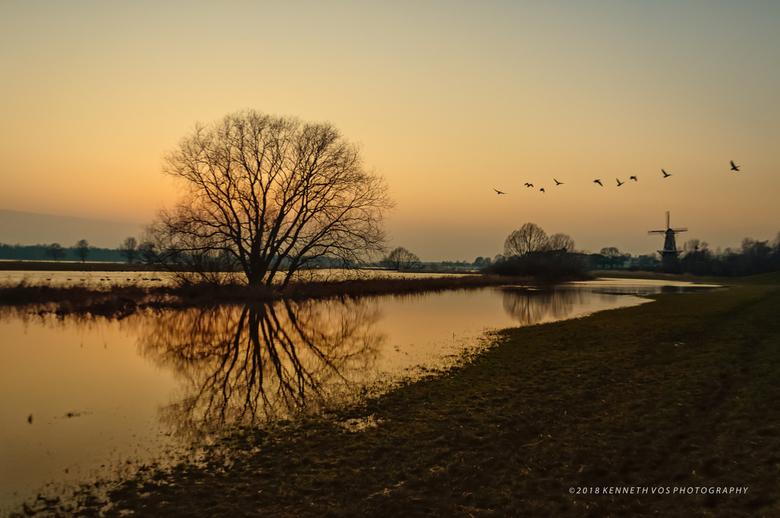 Hoog water - Een buiten haar oevers getreden Merwede geeft bij Gorinchem een anders en mooi beeld.