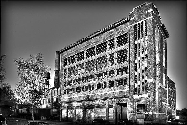 Gebouw electriciteits centrale - De Zwevegemse centrale was eigendom van energieproducent Electrabel. Het domein is negen hectare groot en werd net vo