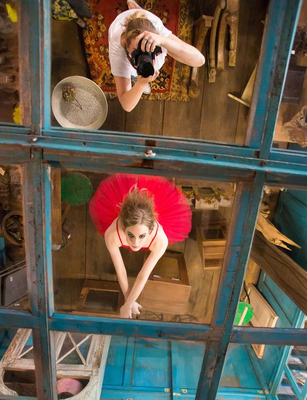 Zelfportret - In het plafond zaten spiegels en ik vond het wel grappig om een foto te maken waarin danseres Marijn en ik als fotograaf te zien waren