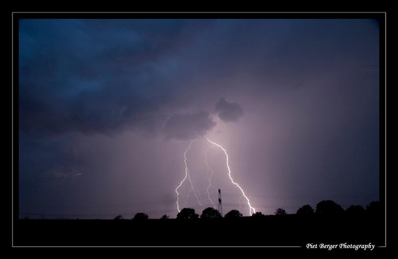 Lightning &amp; Power - Stroom vs stroom.<br /> Door alle kanalen en lijnen gaat hier een hoog voltage!