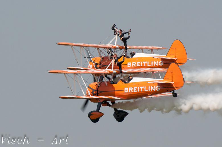 Wings Wheels and Goggles vliegveld Teuge - Wings, Wheels and Goggles op vliegveld Teuge<br /> Het promoteam van Breitling maakt een mooie synchroon v
