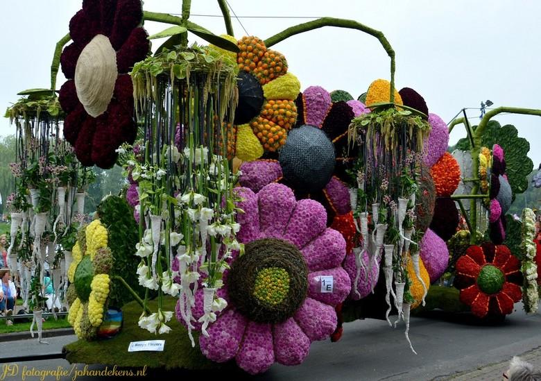 Bloemencorso Eelde. - De jaarlijkse bloemencorso in Eelde.<br /> Zaterdag 6 september 2014. <br /> Alweer de 58e editie.<br /> Aantal bezoekers: 90