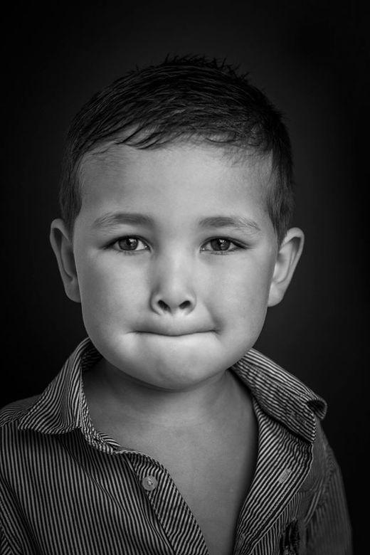 B&amp;W portret van mijn zoon - Dit is een portret van mijn zoon, mijn grote held Bas.<br /> <br /> Geen flits aan te pas gekomen, enkel natuurlijk