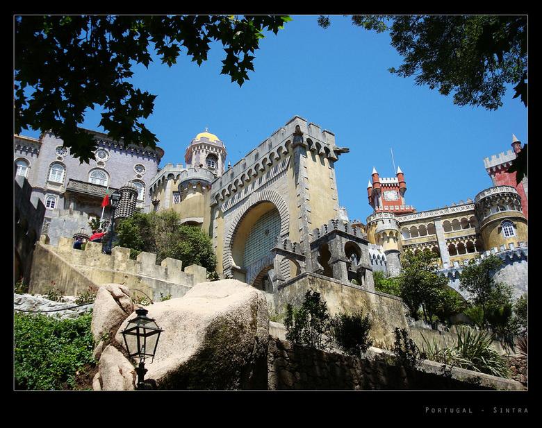 'Efteling-achtig' paleis - Op de hoogste toppen van de Serra de Sintra staat dit spectaculaire paleis Palácio de Pena. Het is een paleis gebouwd in ve