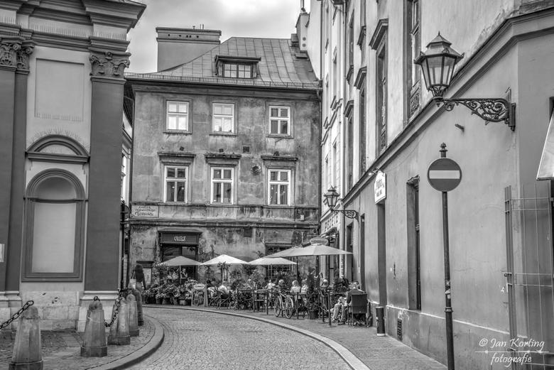 gewoon een straatje in Krakow. - Krakow is een stad met een hele rijke, maar ook een verschrikkelijke geschiedenis. Na de val van het communisme is er