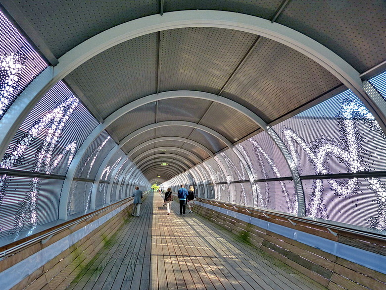 Loopbrug Media Park. - Station Media Park Hilversum, waarmee via het station over de loopbrug het Media Park te bereiken is.<br /> <br /> 1 septembe
