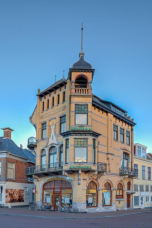 Centraal apotheek Leeuwarden - De Centraal Apotheek is een monumentaal pand in Leeuwarden in de Nederlandse provincie Friesland. De apotheek op de hoe