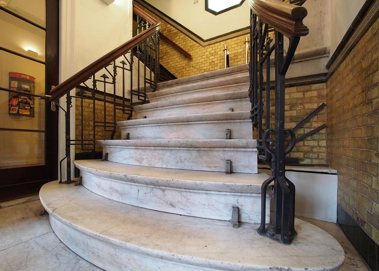 Een Mooie Herinnering  - In vele vormen<br /> De mooie oude trap...meer ruimte had ik niet ,om naar achteren te gaan...straks een ander beeld...dat i