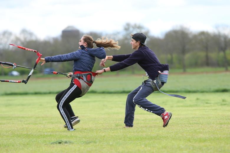 Hier blijijijijijijvennnn - Neef en nicht (16) samen aan het vliegeren met een grote kite (eigenlijk bedoeld voor op het water) <br /> <br /> Fleur