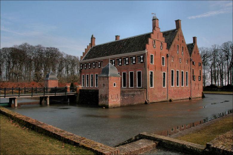 De  Menkemaborg  - De Menkemaborg in Uithuizen<br /> Er ligt nog ijs op het water van de gracht