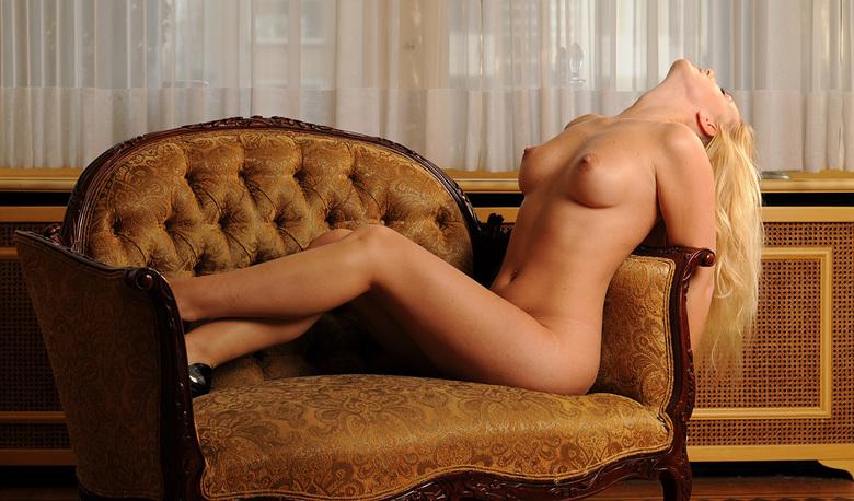 Naked woman on sofa - Deze foto heb ik gemaakt tijdens de masterclass &#039;Playboy style&#039; bij Toonen-Wientjens Photography.  <br /> Het was een