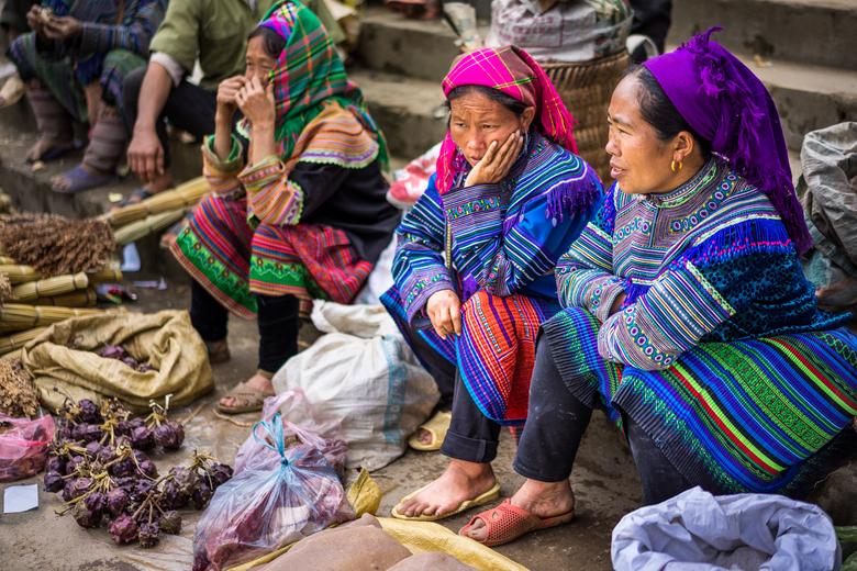 Klederdracht op de markt van Bac Ha in noord-Vietnam - Vrouwen in kleurrijke klederdracht op de wekelijkse markt in het noord-Vietnamese dorp Bac Ha.