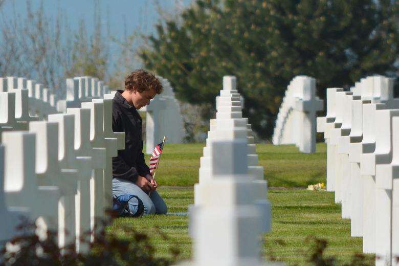 gedenken - Jonge Amerikaan geknield bij het graf van zijn nooit gekende grootvader?
