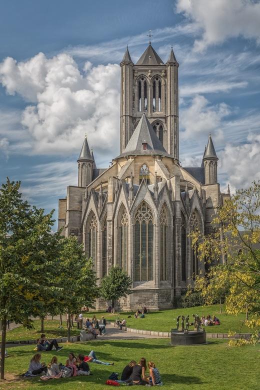 Achter de Sint Niklaaskerk in Gent...