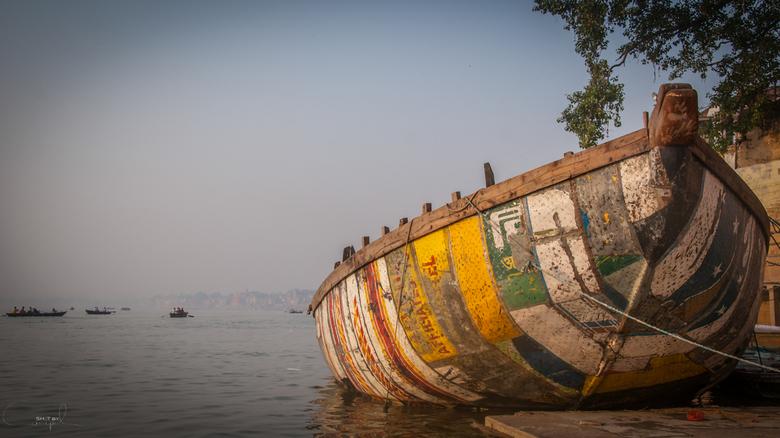Ganges boat - Een mooie verlaten boot aan de oevers van de Ganges in Varanasi