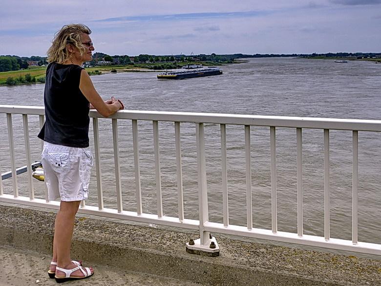 Model Riet. - Riet wilde wel model staan op de Martinus Nijhoffbrug met uitzicht over rivier de Waal bij zaltbommel.<br /> 28 juli 2013.<br /> Groet