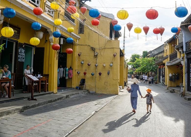 Hoi An Balloons. - Moeder en zoon in Hoi An. Vietnam.