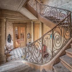 Het trappenhuis in een verlaten chateau..