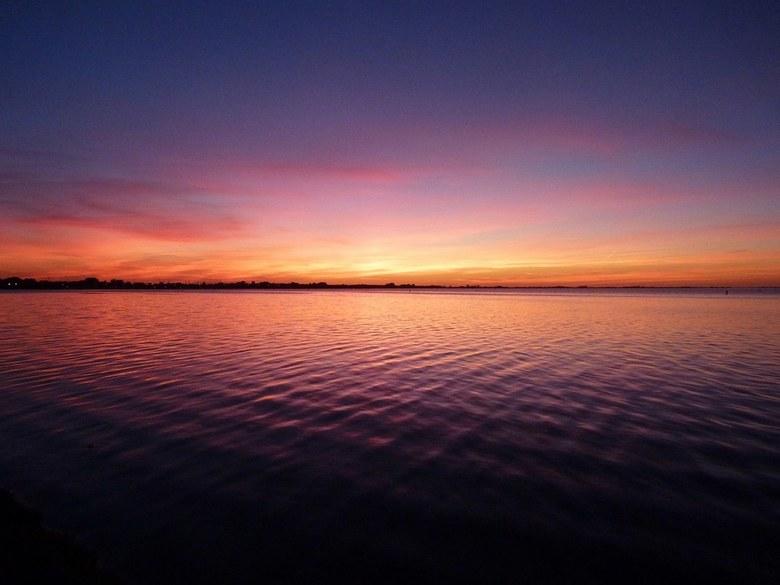 Het Grevelingen meer - Nog een foto uit de reeks van 29-9-2018 van de zonsondergang aan het Grevelingen meer.<br /> Prachtige diepe kleuren en een ap