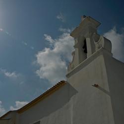 kerk in zonlicht