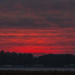 De zon zakt bij Elburg
