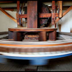 sneldraaiend binnenwerk van een molen.