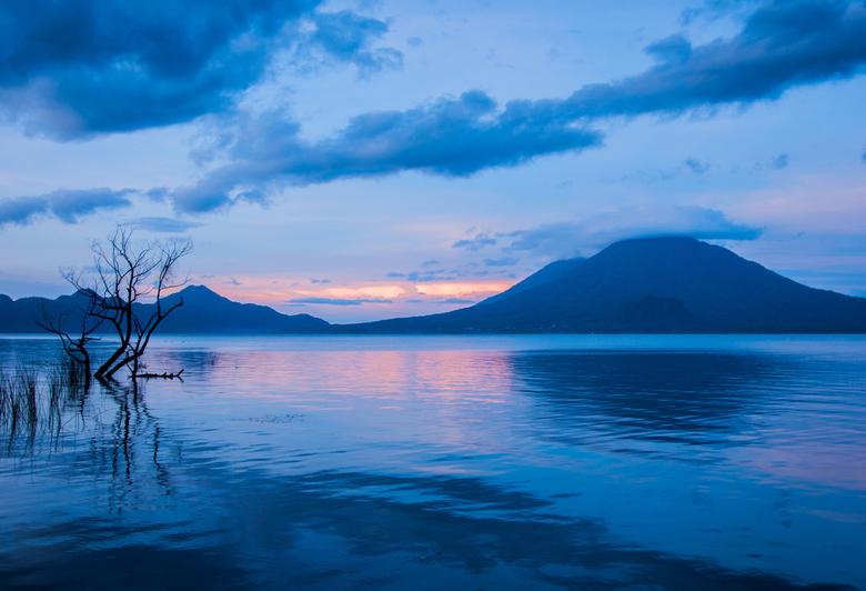 Lago Atitlan, Guatemala - Blue hour vlak voor zonsopkomst bij het meer van Atitlan, Guatemala.