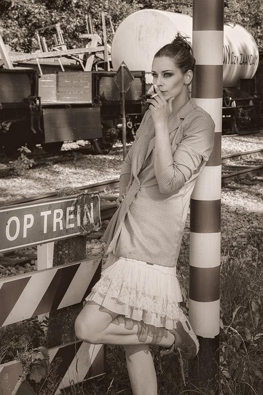 bij een spoorwegovergang - Ivy Lino