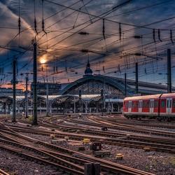 Keulen treinstation bij zonsondergang