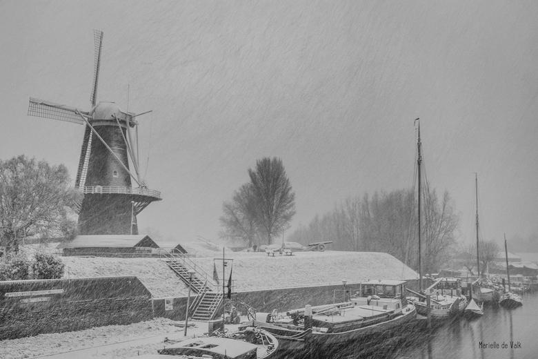 Pentekening - Afgelopen zondag heb ik me ook in de sneeuw'storm' gewaagd. De omstandigheden waren niet best om buiten te fotograferen: veel