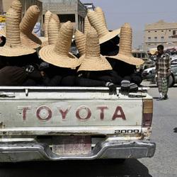 Jemen, vrouwen komen terug van werk