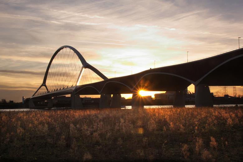 Gouden gloed - Het is nu bij zonsondergang steeds zo prachtig buiten. Deze foto heb ik gisteren gemaakt. De zon kwam net onder de brug Oversteek en ze