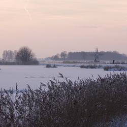 Rivier in winters landschap.