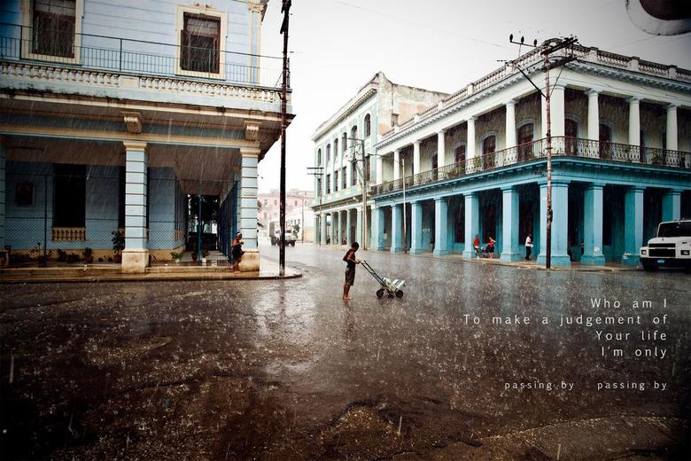 Passing by - Ik vond laatst nog een foto van Cuba (zomer 2010) en heb 'm even een rood kleurtje gegeven zodat ik 'm niet zou vergeten. Hier