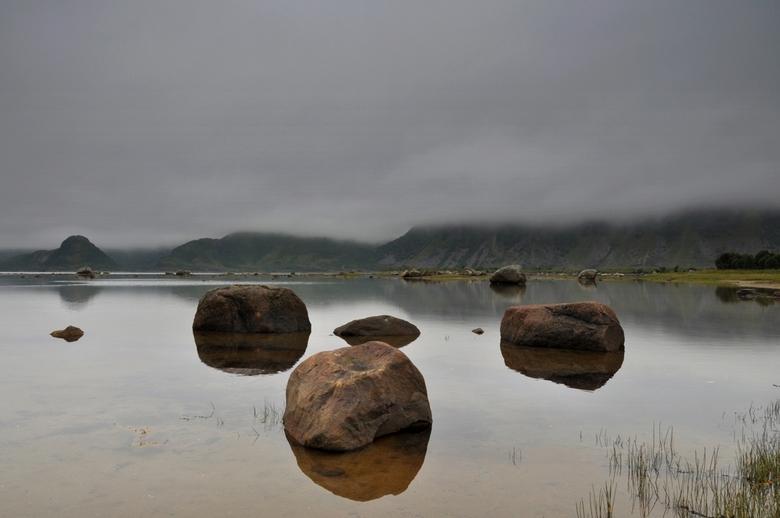 Love on the Rocks - gemaakt tijdens onze huwelijksreis afgelopen zomer 2011 op de lofoten.<br /> vandaar de titel.<br /> groetjes Frans.<br /> en n