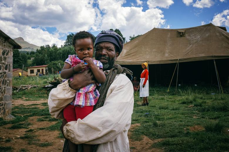 Lesotho - Een portret van een – ik vermoed – (groot)vader met zijn (klein)dochter in een klein dorpje in Botha-Bothe, een landelijk gebied in het Noor