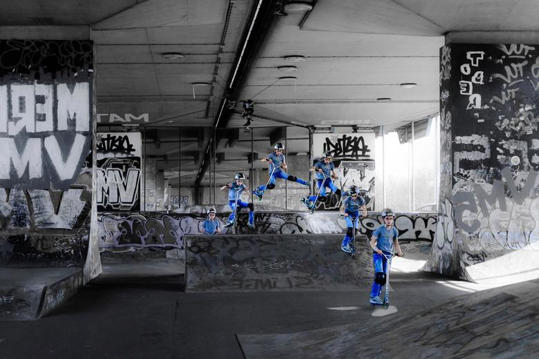 skater  - Jongen doet sprongen met zijn step, sequentiefotografie