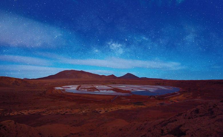 Stars over the salt vulcano  - Midden in de nacht met een gehuurde jeep naar de opgedroogde vulkaan gereden om vanaf de rand een mooie glimps te krijg