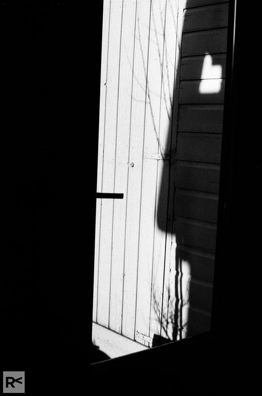 Contouren - Op een middag zag ik deze contouren. Ik heb er direct een foto op film van gemaakt. Praktica MTL5, ISO400 film.