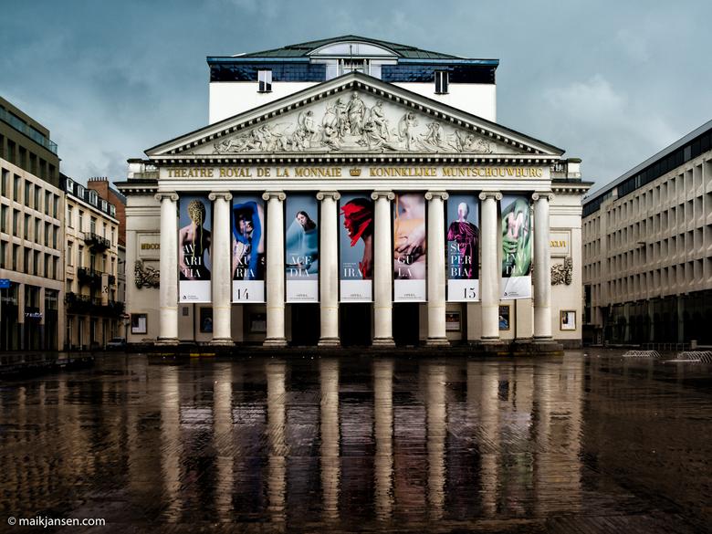Reflections - Koninklijke Muntschouwburg, Brussel, nét na een flinke regenbui. Het plein is leeg, want iedereen schuilt tegen de regen.