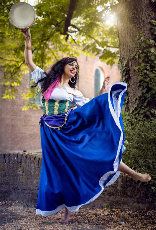 Esmeralda dans - De dansende versie van onze Esmeralda! Bij het kerkje in oud zuylen in Utrecht.<br /> Model: Stellarcosplay