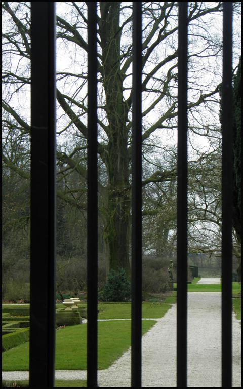 Hek voor kasteeltuin Middachten bij Ellecom - Achter het hek een klassieke tuin, maar niet toegankelijk voor publiek. Vandaar deze harde afwijzing. Ma